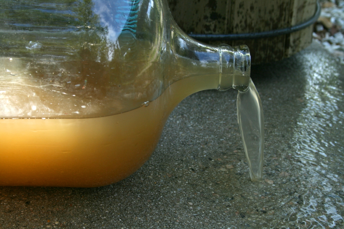 2008-09-20_Dirty_water_spilling_from_a_bottle-2